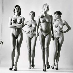 """Fotografia """"Sie Kommen (Naked)"""" (1981), do fotógrafo alemão Helmut Newton - Reprodução/Christie""""s"""