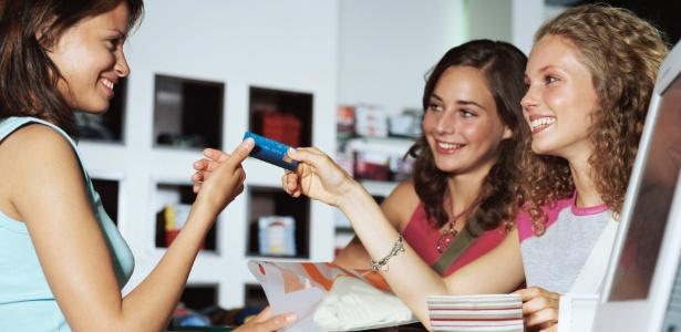 Avalie a maturidade do jovem antes de abrir uma conta para ele ou dar um cartão de crédito - Thinkstock