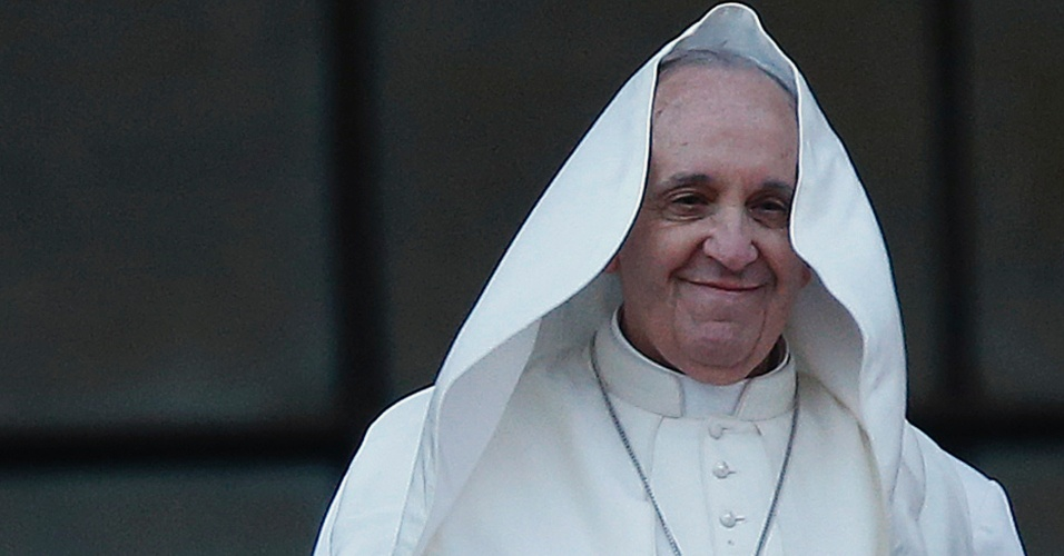 Mesmo após uma rajada de vento soprar seu manto, o papa Francisco não perdeu a pose, tampouco o sorriso ao cumprimentar os fieis da varanda da Basílica São João de Latrão, em Roma