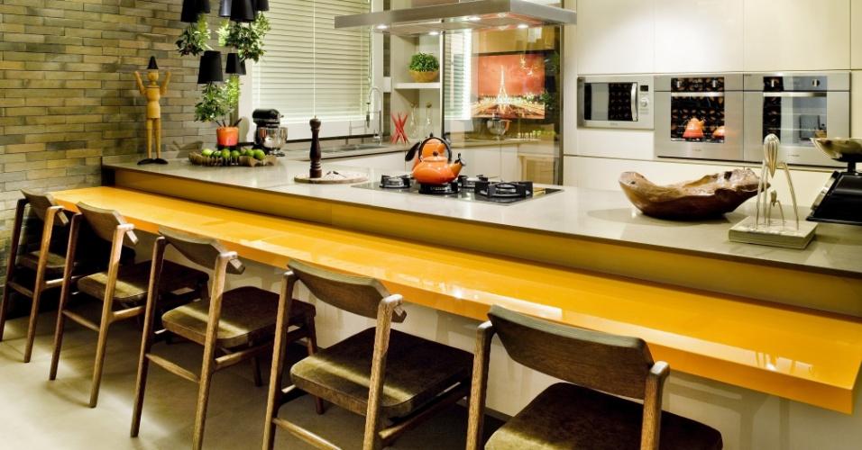 Na Cozinha, um projeto das arquitetas Larissa Maffra e Marina Bastos, as cadeiras Kiko, design de Flávio Borsato para Studio Bola, têm encosto articulável. A 17ª Casa Cor Goiás, que abre as edições da franquia neste ano, segue até dia 25 de junho de 2013, no Setor Marista, em Goiânia