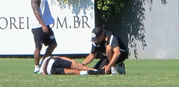 Neymar sofreu uma pancada na perna direita e recebeu atendimento médico no campo - Samir Carvalho/UOL Esporte
