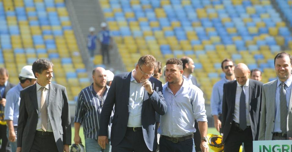 Secretário-geral da Fifa, Jérôme Valcke, conversa com o membro do COL (Comitê Organizador Local da Copa) Ronaldo durante vistoria o Maracanã