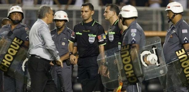 Tite cumprimenta Rodney Aquino e Carlos Amarilla, auxiliar e árbitro do jogo - Daniel Augusto Jr./Ag. Corinthians