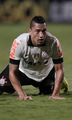 15.mai.2013 - Ralf fica no chão após lance da partida entre Corinthians e Boca Juniors, pela Copa Libertadores da América