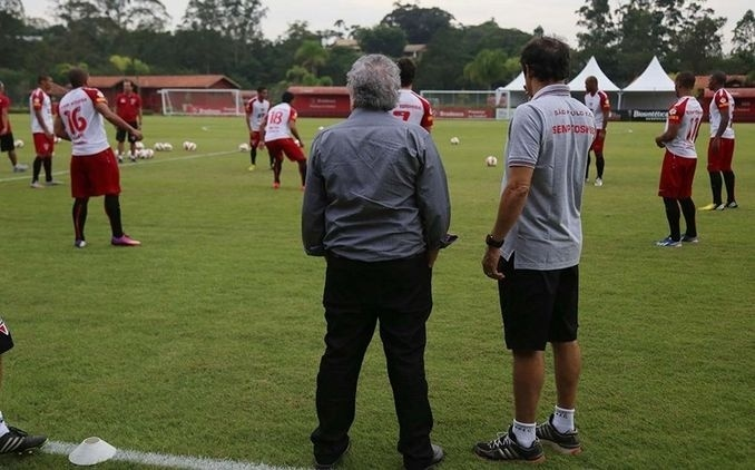 16-05-2013 - Juvenal acompanha treino do São Paulo de dentro do gramado em Cotia