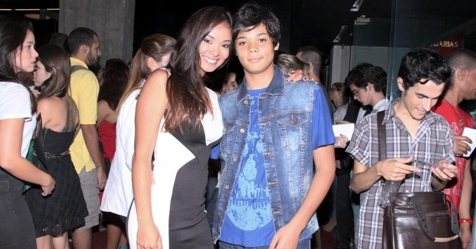 16.mai.2013 - A apresentadora Carol Nakamura e seu filho durante a pré-estreia do filme