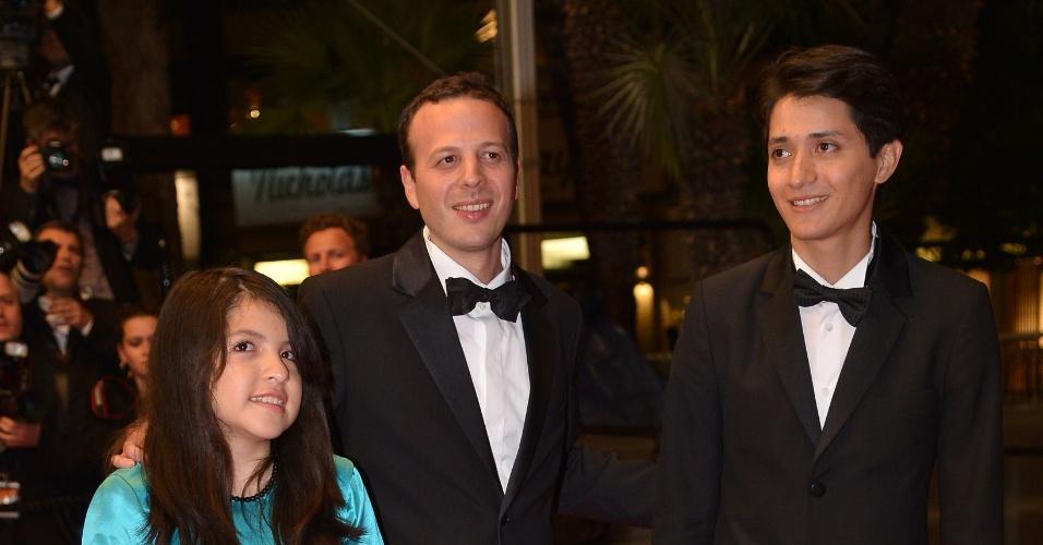 16.mai.2013 - A atriz Andrea Vergara, o diretor Amat Escalante, e o ator Armando Espitia, chegam para a exibição de