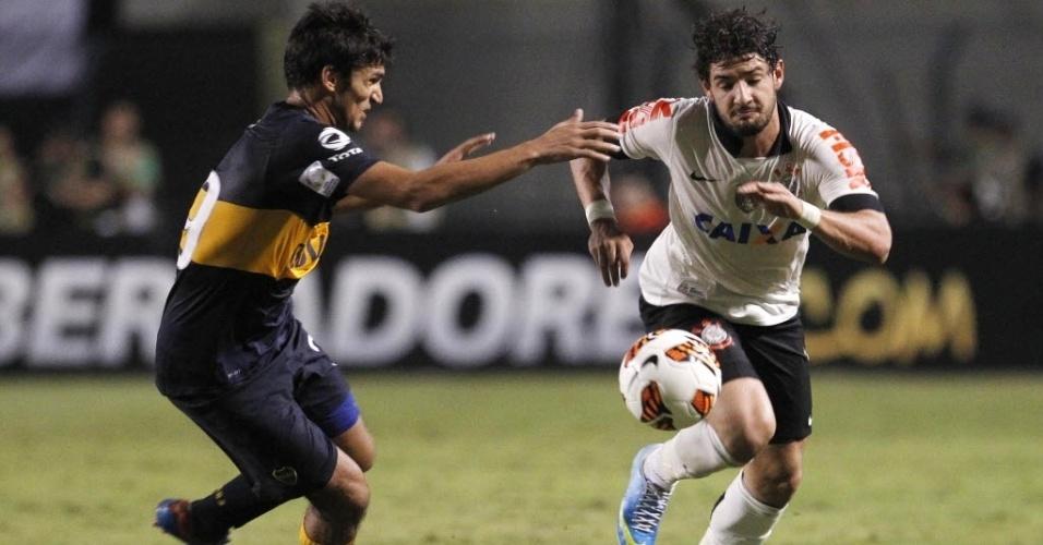 15.mai.2013 - Alexandre Pato (dir.) disputa a bola com Marín durante partida entre Corinthians e Boca Juniors, pela Libertadores da América