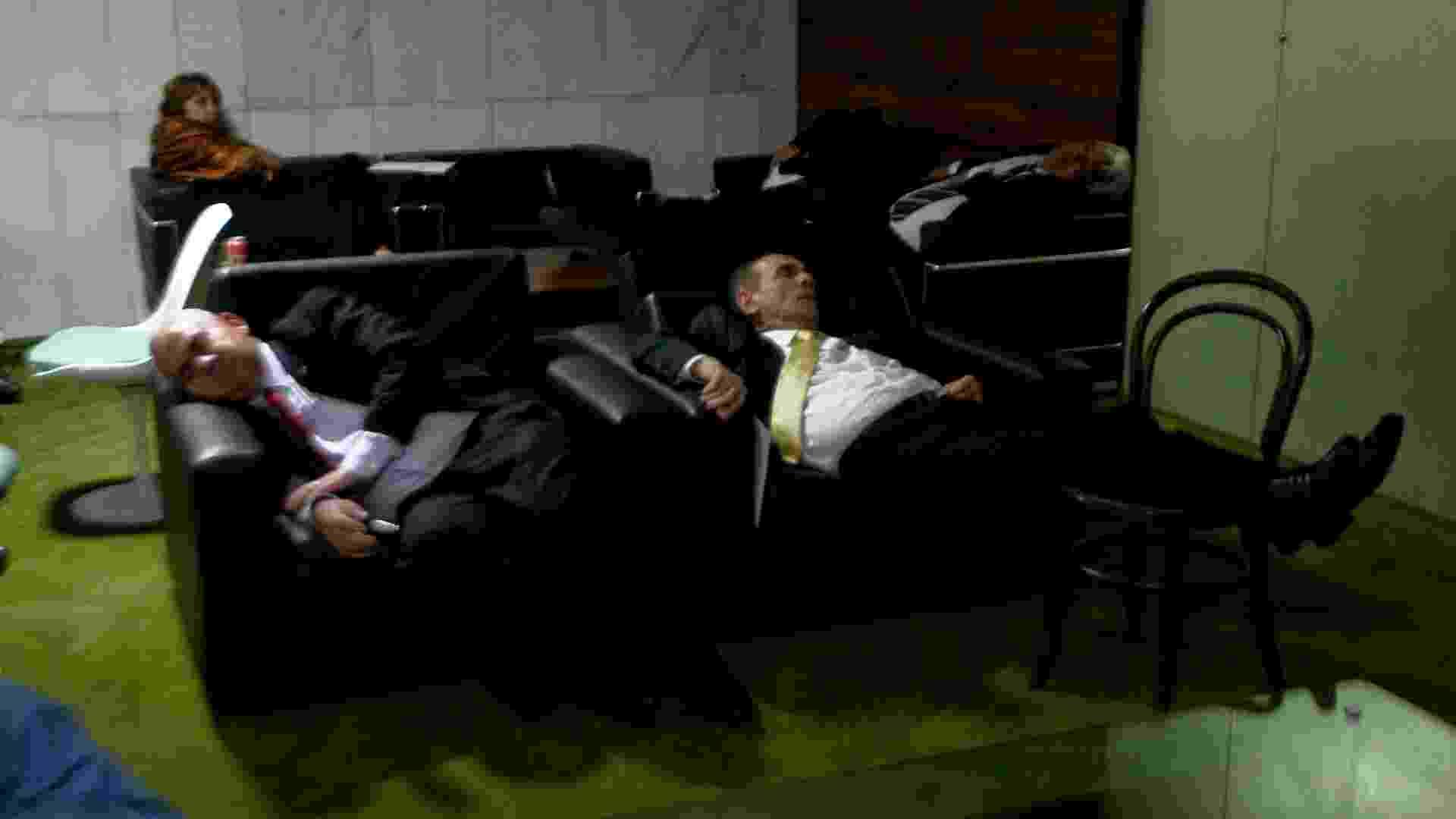 16.mai.2013 - Deputados dormem no cafezinho da Câmara dos Deputados durante a sessão de votação da MP dos Portos. Depois de 41 horas de votação, em duas jornadas que vararam as madrugadas, os deputados aprovaram na manhã desta quinta-feira (16) a medida provisória que estabelece um novo marco regulatório para o setor portuário - Alan Marques/Folhapress
