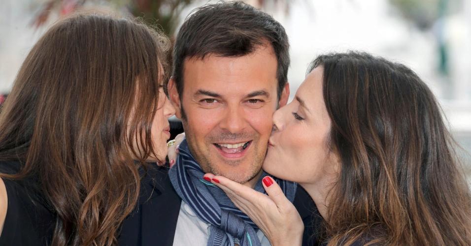 16.mai.2013 - Diretor Francois Ozon posa com as atrizes Marine Vacth e Geraldine Pailhas durante sessão para divulgação do filme