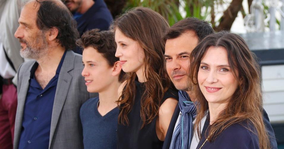 16.mai.2013 - Diretor Francois Ozon posa com Frederic Pierrot, Fantin Ravat, Marine Vacth e Geraldine Pailhas durante sessão para divulgação do filme