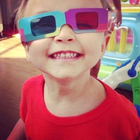 16.mai.2013 - Eliana mostra foto do filho com óculos 3D