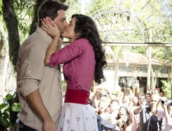 """16.mai.2013 - Em """"Flor do Caribe"""", Cristal beija Cassiano e Ester fica furiosa"""