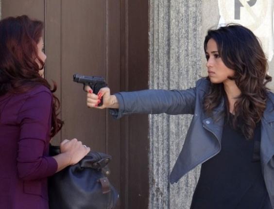 """16.mai.2013 - Em """"Salve Jorge"""", Morena ameaça entregar Rosângela, mas deixa vilã fugir"""