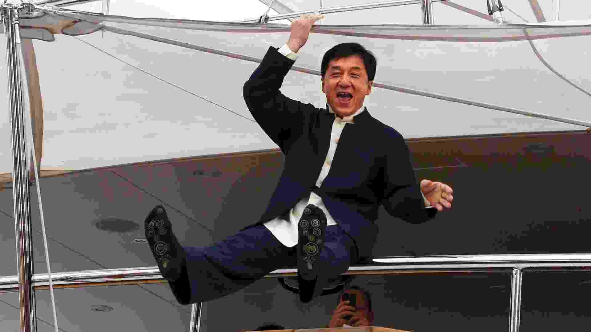 """16.mai.2013 - Jackie Chan faz graça em iate durante a sessão de fotos para promover o filme """"Skiptrace"""", no Festival de Cannes - Reuters"""