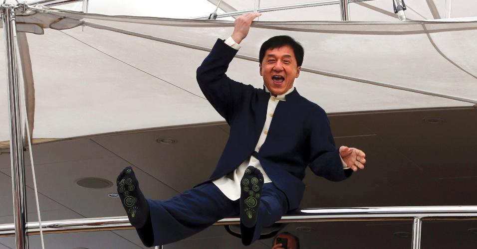 16.mai.2013 - Jackie Chan faz graça em iate durante a sessão de fotos para promover o filme