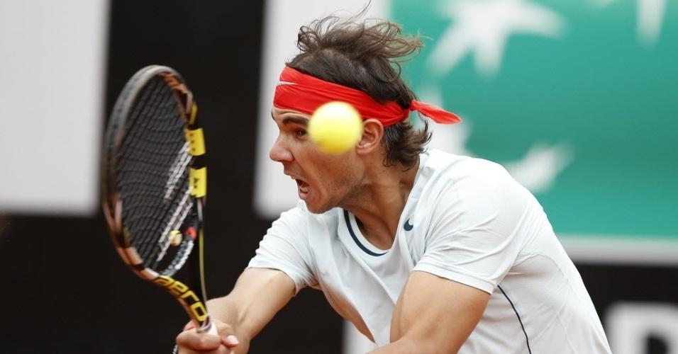 16.mai.2013 - Rafael Nadal grita enquanto rebate bola na partida contra Ernest Gulbis em Roma