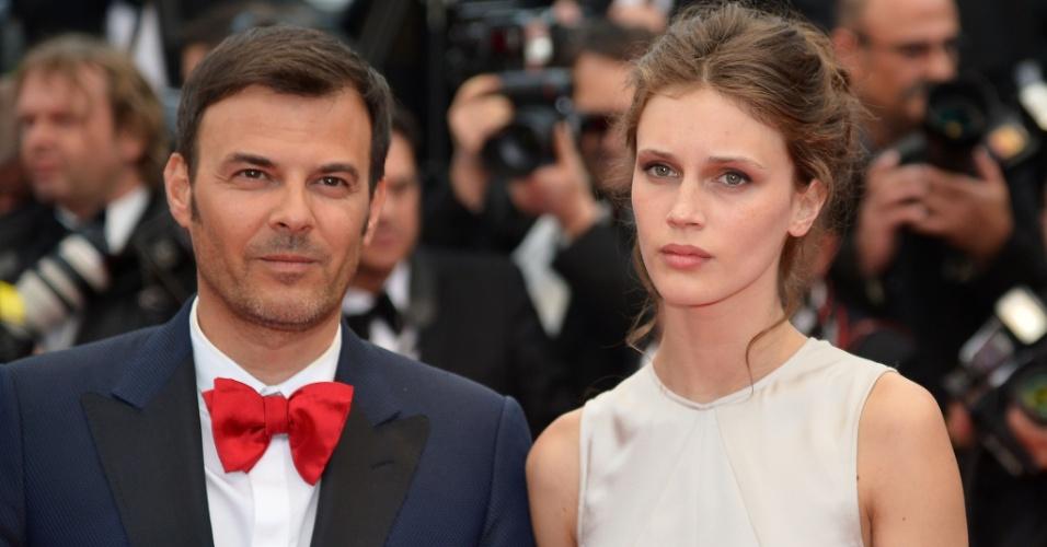 16.mai.2013 -Diretor francês Francois Ozon e a atriz Marine Vacth chegam para a exibição do filme