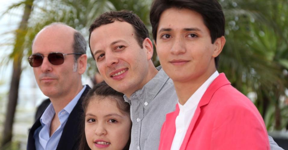 16.mai.2013 -O produtor mexicano Jaime Romandia,a atriz Andrea Vergara, o diretor Amat Escalante e o ator Armando Espitia divulgam o filme