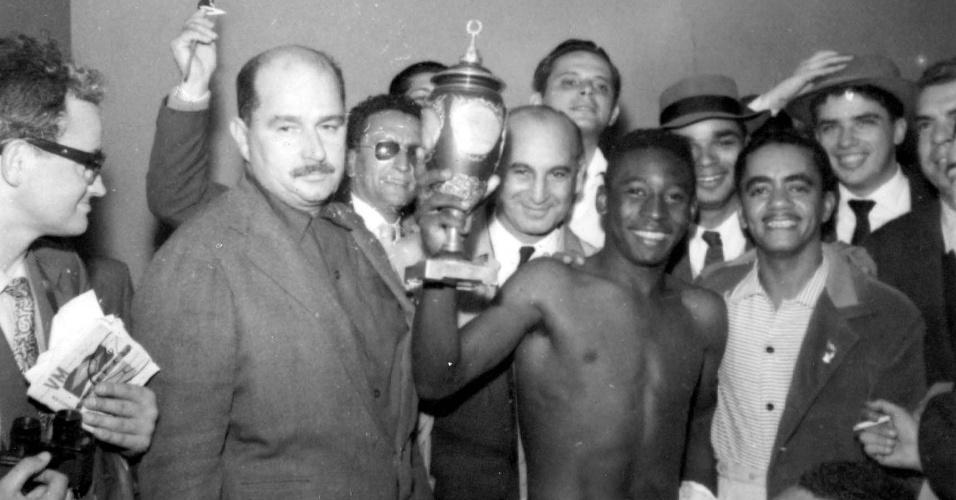 1958 - Pelé mostra o troféu que ganhou da seleção da União Soviética na Copa do Mundo de 1958
