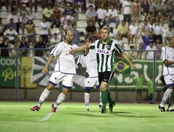 Chico (dir.) disputa jogada na derrota do Coritiba diante do Nacional pela Copa BR