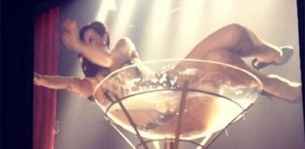 Claudia Raia faz stripper em ensaio inspirado em Dita Von Teese