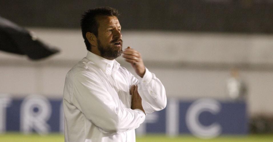 Dunga observa lance do jogo Internacional e Santa Cruz-PE, em Caxias do Sul (15/05/13)