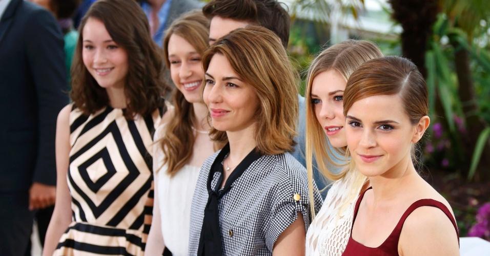 16.mai.2013 - A diretora Sofia Coppola posa com Emma Watson, Claire Julien, Taissa Farmiga e Katie Chang durante sessão de fotos para a divulgação de