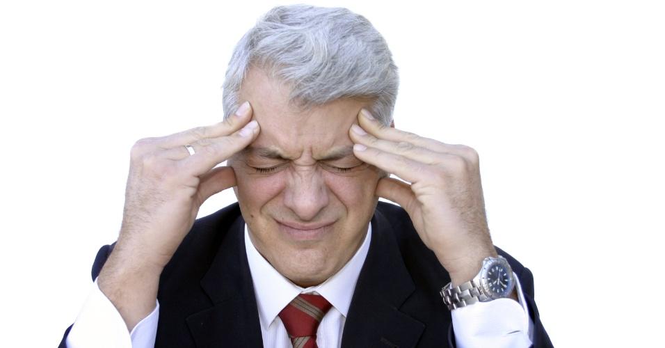 homem, meia idade, dor de cabeça, avc, dor