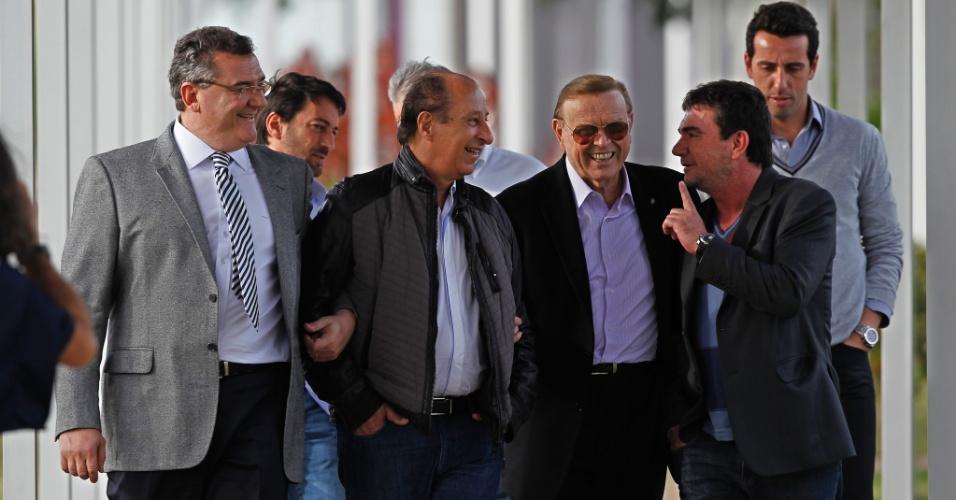 Mario Gobbi, Marco Polo del Nero, Jose Maria Marin e Andrés Sanchez andam de mãos dadas no CT do Corinthians, em foto de junho de 2012