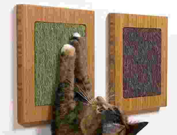 Os pequenos quadros pendurados na parede com material próprio para arranhar podem evitar que os bichanos afiem suas garras em sofás ou outros móveis. Os produtos da Square Cat Habitat (www.squarecathabitat.com) podem ser fixados por ventosas - Divulgação