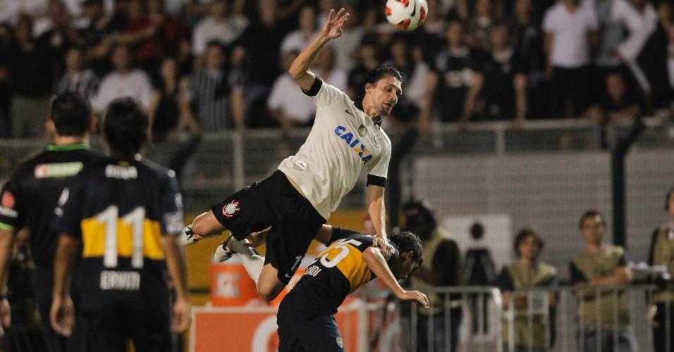 Paulo André sobe para afastar a bola durante partida do Corinthians contra o Boca Juniors, pela Libertadores da América