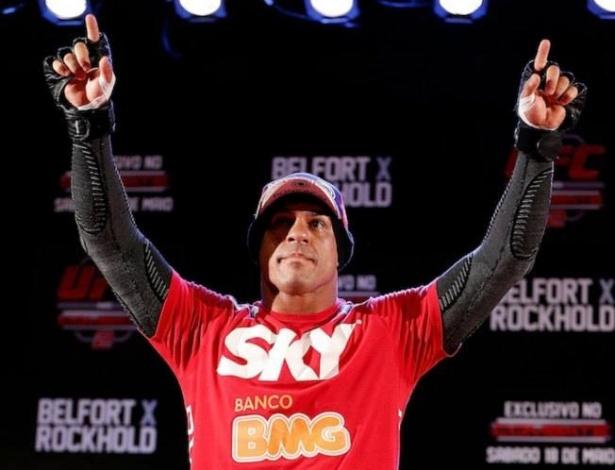 Vitor Belfort acena para o público depois da entrevista coletiva para o UFC Jaraguá do Sul