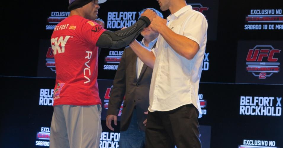Vitor Belfort encara Luke Rockhold após a coletiva do UFC Jaraguá, em Santa Catarina