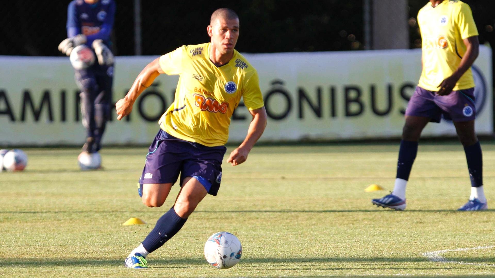 Volante Nilton durante treino do Cruzeiro na Toca da Raposa II (16/5/2013)
