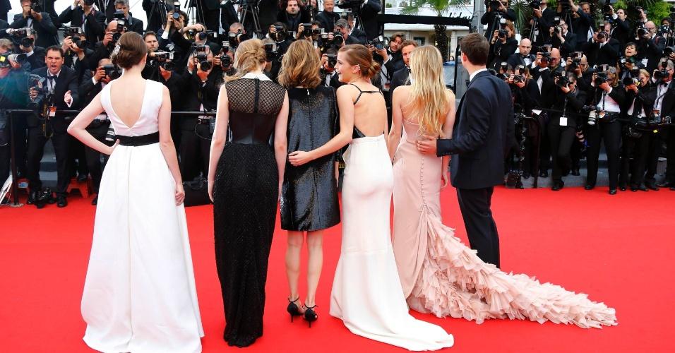 16.mai.2013 - A diretora Sofia Coppola (terceira a partir da esquerda) posa ao lado de Katie Chang, Taissa Farmiga, Emma Watson, Claire Julien e Israel Broussard, parte d elenco de
