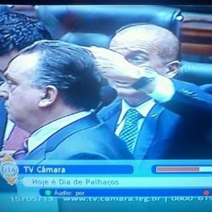 16.mai.2013 - TV Câmara exibe em sua legenda aviso para o Dia dos Palhaços, durante votação da MP dos Portos