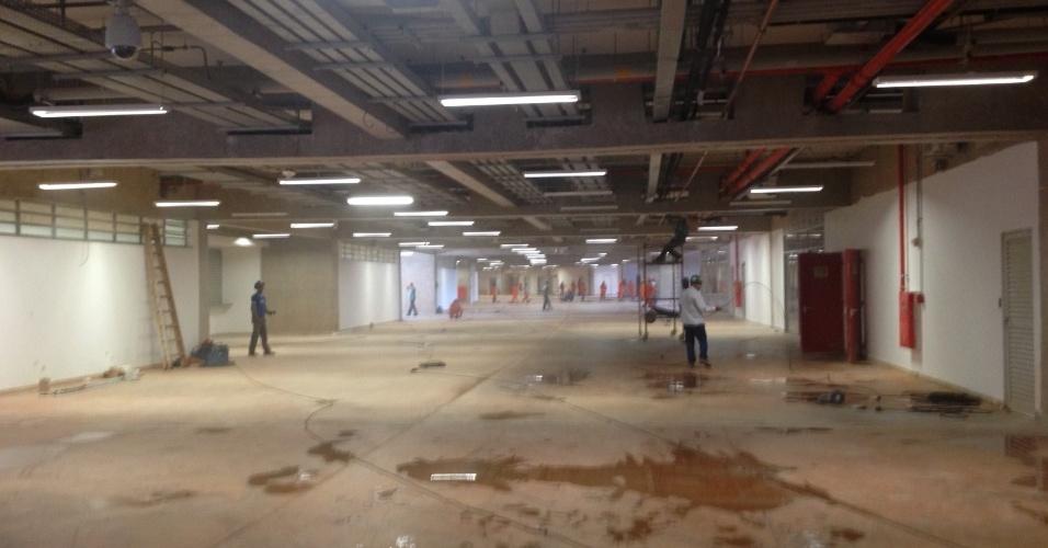 17/5/2013: Área interna do Mané Garrincha ainda longe de ter o serviço de acabamento completo