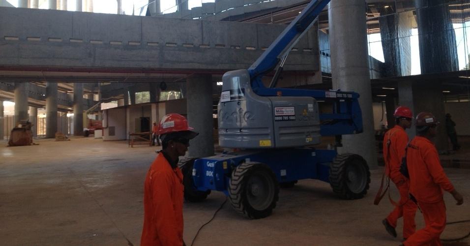 17/5/2013: Máquina e homens trabalham na área externa do Mané Garrincha