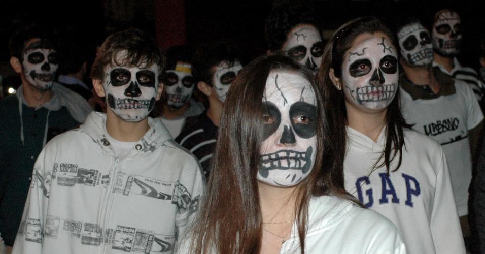 17.mai.2013 - Adolescentes caracterizados de zumbis participam de ato público contra a pedofilia na avenida Paulista, na região central de São Paulo. O evento foi organizado pela ONG Makanudos de Javeh