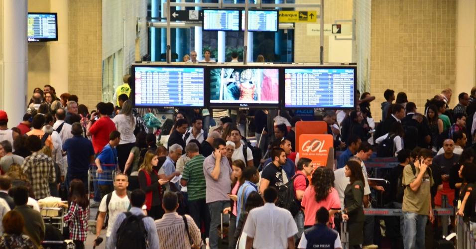 17.mai.2013 - Aeroporto Santos Dumont, no Rio de Janeiro, tem movimentação intensa nesta sexta-feira (17). O aeroporto ficou fechado para pousos e decolagens durante parte da manhã devido à chuva e à neblina