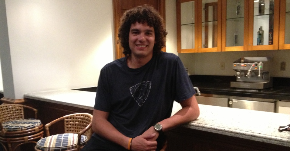 17.mai.2013 - Anderson Varejão concede entrevista ao UOL Esporte em um hotel da Zona Sul de São Paulo