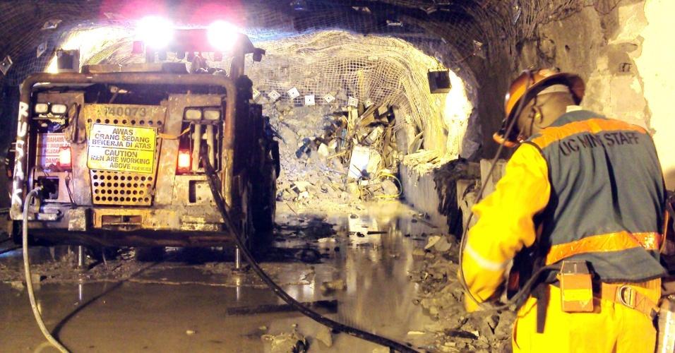 17.mai.2013 - Bombeiros dão sequência à operação de resgate dos mineiros presos em túnel de uma mina de cobre da companhia americana Freeport, na região oriental de Papua, Indonésia.  Ao menos cinco mineiros morreram e outros 23 seguem presos após três dias da tragédia