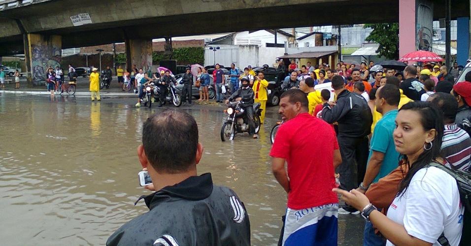 17.mai.2013 - Chuva causa alagamento na avenida Caxangá, zona oeste de Recife, Pernambuco. A tempestade provocou vários pontos de alagamento, complicando o trânsito nas principais vias da capital pernambucana