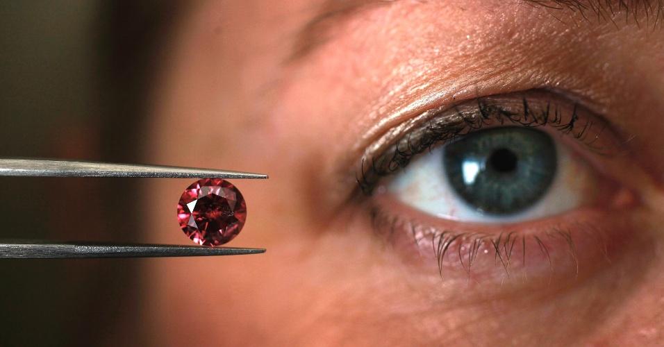 17.mai.2013 - Empresária Josephine Johnson, gerente da empresa australiana Argyle Pink Diamonds, do conglomerado de mineração Rio Tinto, mostra o diamante vermelho Fênix, uma das jóias mais raras do mundo, que pode valer milhões de dólares
