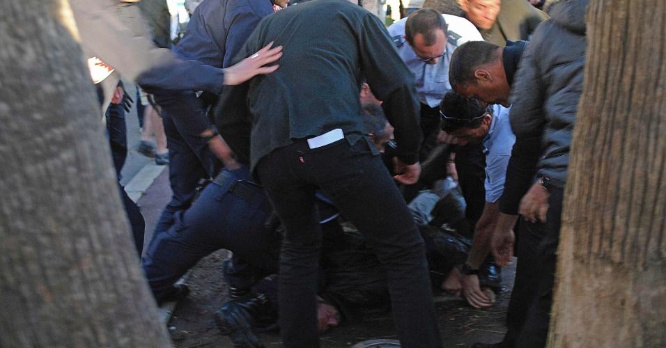 17.mai.2013 - Homem é detido pela polícia na França após disparos de balas de festim em set de filmagem em Cannes