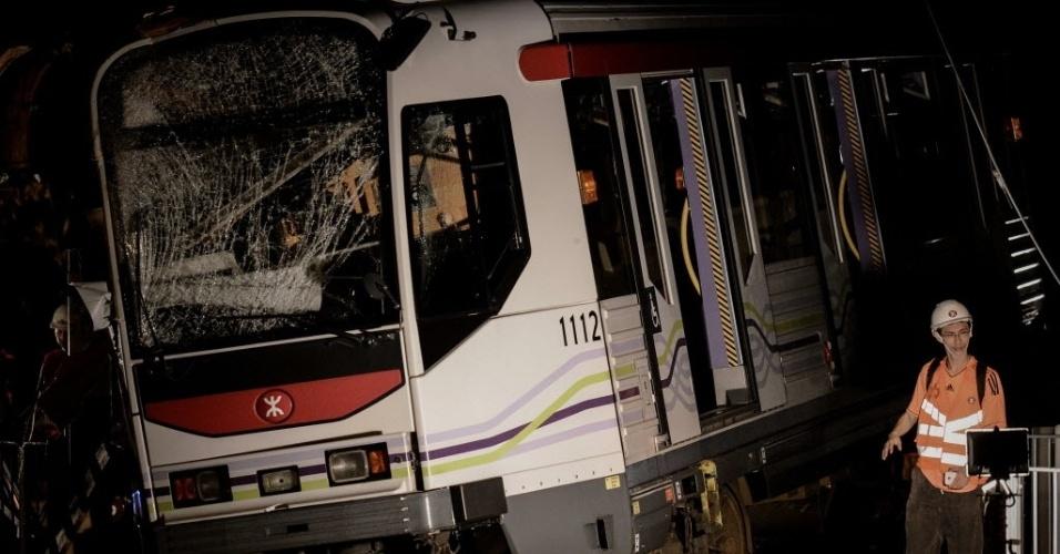 17.mai.2013 - Integrante de equipe de resgate caminha ao lado de trem descarrilhado em Hong Kong, nesta sexta-feira (17). Segundo informações da polícia, 62 pessoas ficaram feridas no acidente