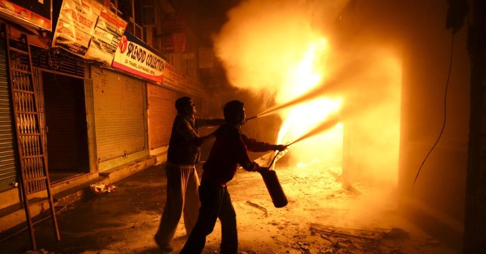 17.mai.2013 - Locais tentam apagar fogo em Thamel, bairro turístico de Katmandu (Nepal)