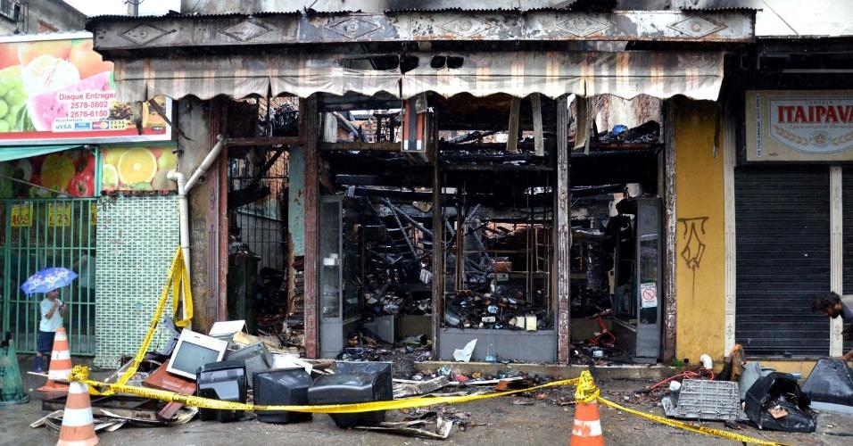 17.mai.2013 - Loja de produtos eletrônicos fica destruída após incêndio que atingiu o local na noite desta quinta-feira (16), na rua Souza Franco, em Vila Isabel, zona norte do Rio de Janeiro