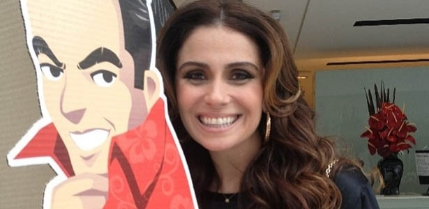 17.mai.2013 - Marco Antônio de Biaggi mostra foto de Giovanna Antonelli